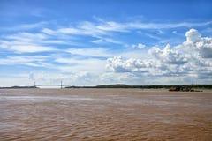 Bro över brunt vatten av Orinoco River i Sudad Bolivar Royaltyfri Foto