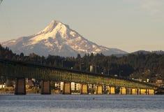 Bro över Columbia till Hood River Oregon Cascade Mountian royaltyfri fotografi