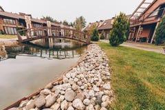 bro över damm arkivbild