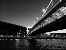 Bro över Danube River i Budapest arkivbild