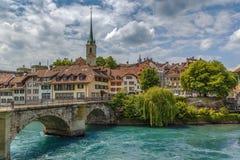 Bro över den Aare floden i Bern, Schweiz Arkivbilder