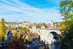 Bro över den Aare och Nydegg kyrkan, Bern, Schweiz Arkivbild