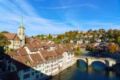 Bro över den Aare och Nydegg kyrkan, Bern, Schweiz Arkivfoto