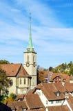 Bro över den Aare och Nydegg kyrkan, Bern, Schweiz Arkivfoton