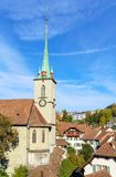 Bro över den Aare och Nydegg kyrkan, Bern, Schweiz Royaltyfri Bild
