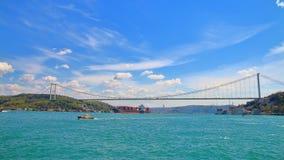 Bro över den Bosphorus kanalen som förbinder Europa med Asien royaltyfri foto