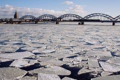 Bro över den djupfrysta floden i solig dag Arkivbild