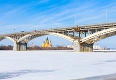 Bro över den djupfrysta floden Oka Royaltyfria Foton