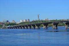 Bro över den Dnieper floden i Kiev royaltyfria foton