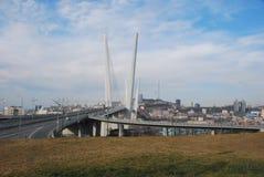 Bro över den guld- horn- fjärden Vladivostok Arkivbild