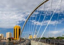 Bro över den Ishim floden i Astana arkivbilder