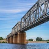 bro över den järnväg floden fotografering för bildbyråer