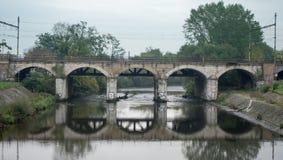 bro över den järnväg floden Arkivbilder