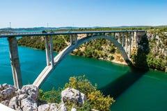 Bro över den Krka floden nära den gamla historiska Skradin staden Royaltyfri Bild