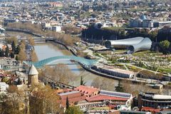 Bro över den Kuru floden i Tbilisi Arkivfoton