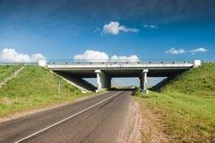 Bro över den lantliga vägen Fotografering för Bildbyråer