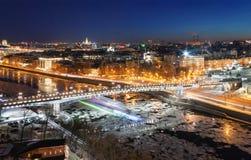 Bro över den Moskva floden med isisflak i vinter Royaltyfri Fotografi