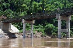 Bro över den Nam Ou floden Royaltyfria Bilder
