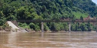 Bro över den Nam Ou floden Arkivbild