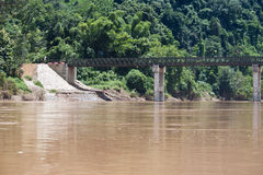 Bro över den Nam Ou floden Royaltyfri Foto