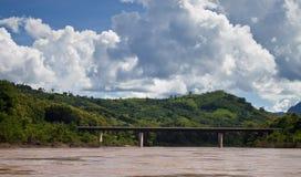 Bro över den Nam Ou floden Royaltyfria Foton