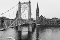 Bro över den Ness floden i Inverness, Skottland royaltyfri fotografi