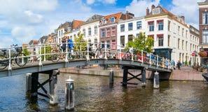Bro över den nya Rhenkanalen i Leiden, Nederländerna Royaltyfri Bild