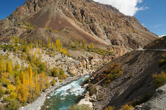 Bro över den Phandar floden i nordliga Pakistan Royaltyfria Foton