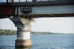 Bro över den södra felfloden Ukraina Nikolaev Mykolaiv flodbro nöd- bro arkivbilder