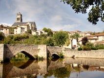 bro över den stillsamma floden arkivfoton