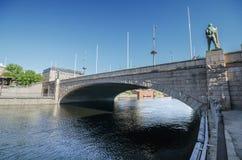 Bro över den Tammerkoski floden på Juni 18, 2013 i Tammerfors, Finland Royaltyfri Bild