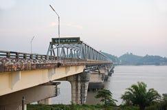 Bro över den Tanintharyi floden i sydliga Myanmar Arkivbild