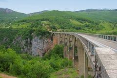 Bro över den Tara floden i Montenegro Arkivbild
