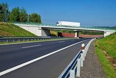 Bro över den tomma huvudvägen i bygden Arkivbilder
