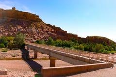 Bro över den torra floden i Marocko royaltyfri bild