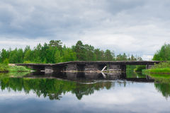 bro över den träfloden Royaltyfri Foto