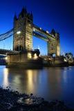 bro över det reflekterade thames tornet Arkivfoto