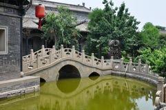 bro över det små damm royaltyfria bilder