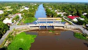 Bro över en av de inre floderna av Oceanien arkivbilder