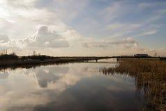Bro över en kanal fotografering för bildbyråer