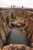 Bro över en klyfta Arkivbild