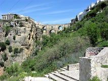 Bro över en klyfta och byggnader på Ronda, Spanien Royaltyfria Bilder