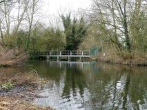 Bro över floden Colne på Rickmansworth Aquadrome arkivfoto