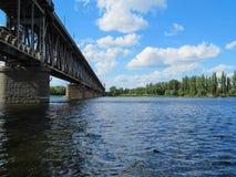 Bro över floden Dnieper i den Kremenchug staden i Ukraina Royaltyfri Bild