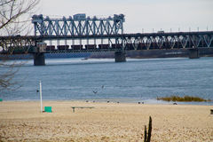 Bro över floden Dnieper i Kremenchug, Ukraina royaltyfri foto