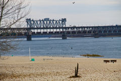 Bro över floden Dnieper i Kremenchug, Ukraina fotografering för bildbyråer
