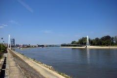 Bro över floden Drava, Osijek, Kroatien royaltyfria bilder