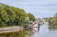 Bro över floden Emajogi i Tartu, Estland arkivbild