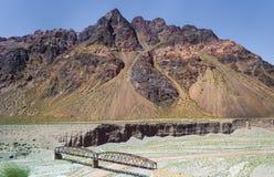 Bro över floden i de höga ökenbergen Arkivbilder