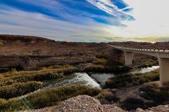 Bro över floden i den Arizona öknen royaltyfri fotografi